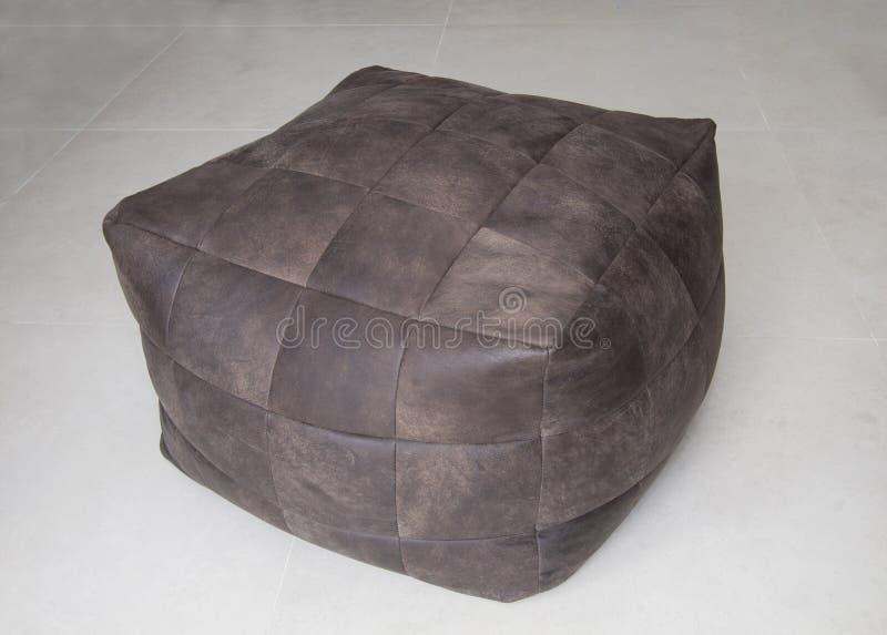 Brown-Lederwürfelstuhl stockbild