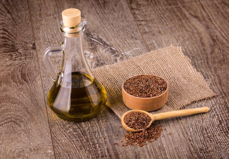 Brown lna ziarna i flaxseed olej na drewnianej powierzchni zdjęcie royalty free