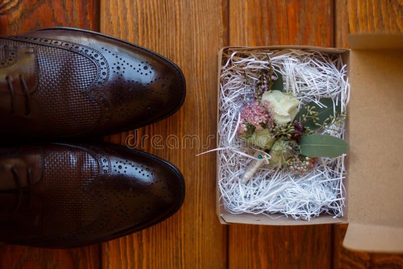 Brown m??czyzn buty i fornala boutonniere fotografia stock