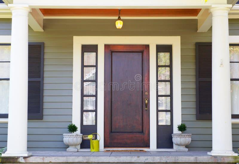 Brown manchou a porta da rua fotografia de stock