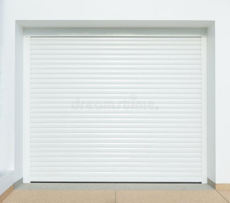 Brown-metallische Garagetür lizenzfreie stockbilder