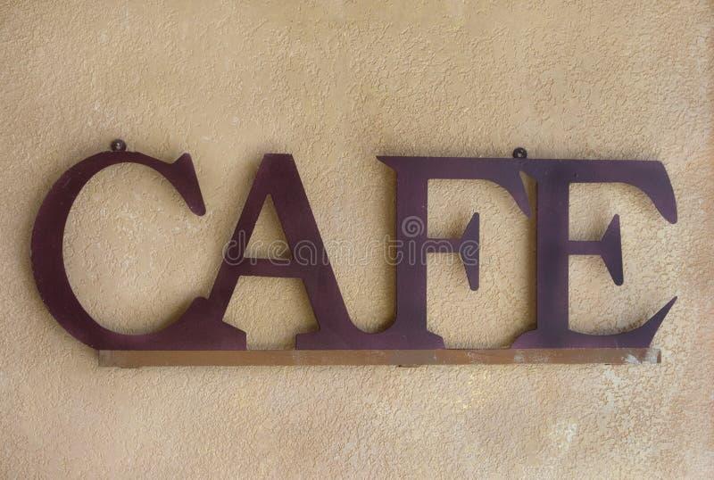 Brown-Metallkaffee-Zeichen gegen eine strukturierte Wand lizenzfreies stockbild