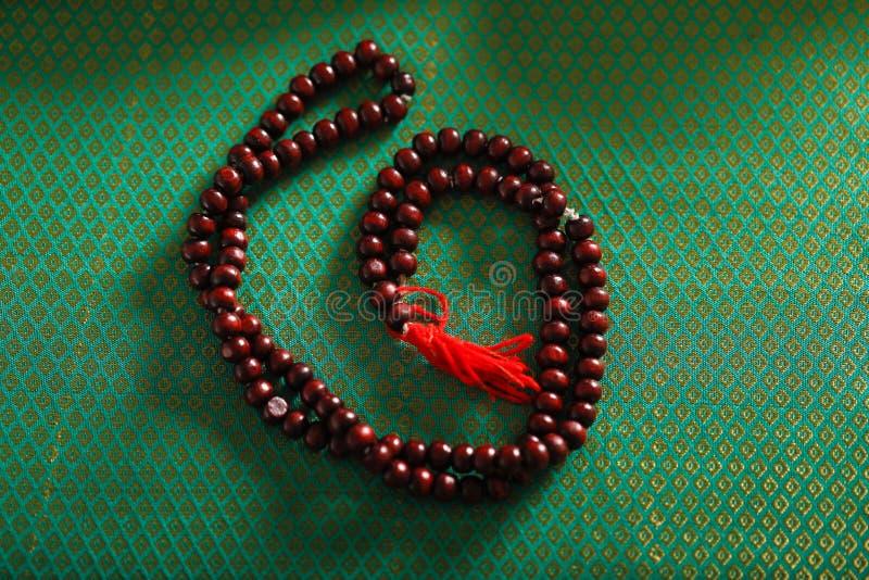 Brown modlitewni koraliki, Drewniani różanów koraliki zdjęcia royalty free
