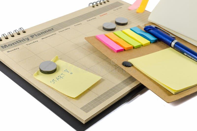 Brown-Monatsplaner mit notedbook und Stift stockbild