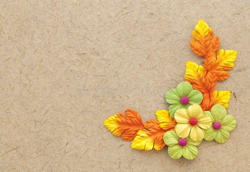 Brown naturalny handmade papier z papierowymi kwiatami obraz royalty free
