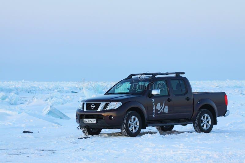 Brown Nissan Navara auf Eis vom Baikalsee stockfotografie