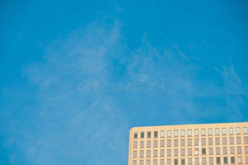 Brown nowożytny wysoki korporacyjny budynek biurowy z niebieskim niebem zdjęcia stock