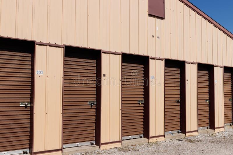 Brown numeró almacenamiento del uno mismo y mini unidades del garaje del almacenamiento I imágenes de archivo libres de regalías