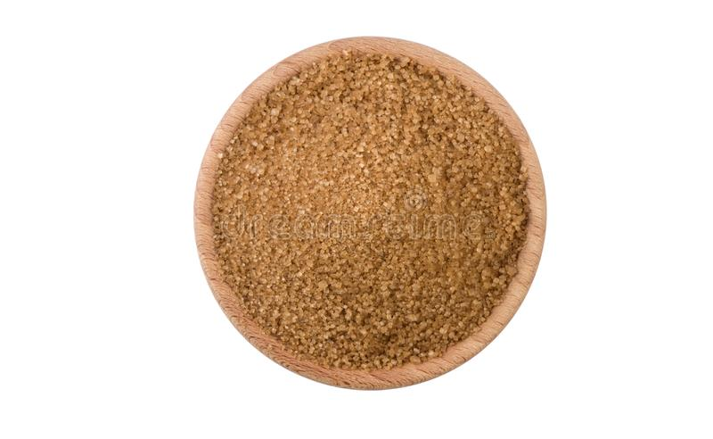Brown o zucchero di canna in ciotola di legno isolata su fondo bianco Spezie e ingredienti alimentari fotografia stock libera da diritti