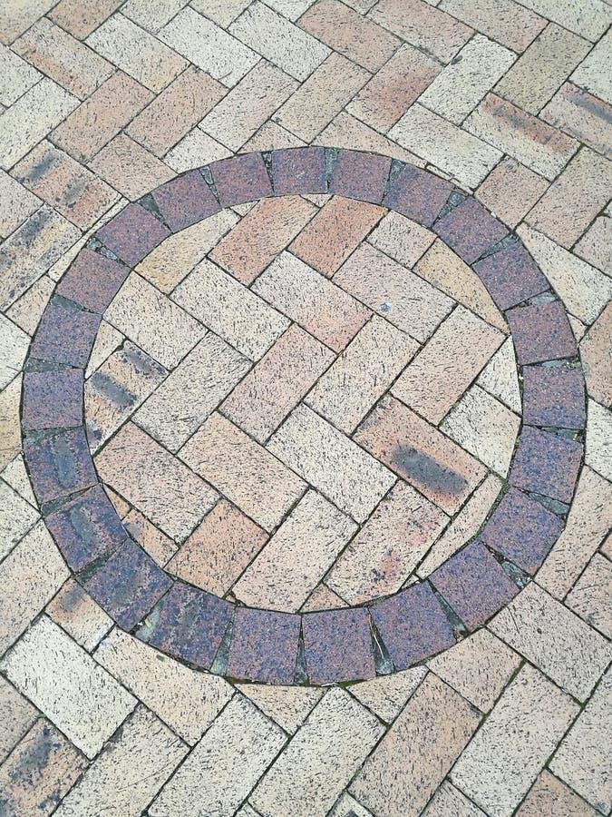 Brown okręgu kształta brukowa podłoga zdjęcia stock