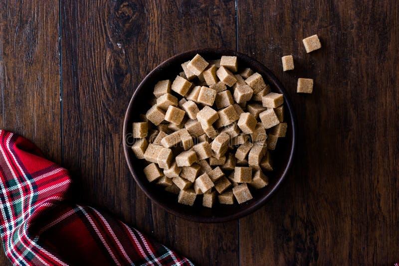 Brown orgânico cru Sugar Cubes na bacia de madeira pronto para comer fotos de stock