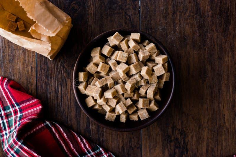 Brown orgânico cru Sugar Cubes na bacia de madeira pronto para comer foto de stock royalty free