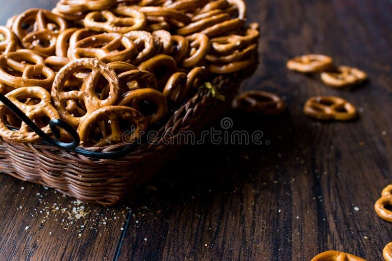 Brown organique Mini Salty Pretzel Crackers dans le panier en bois images libres de droits