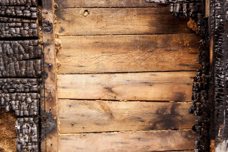 Brown palił ścianę dom drewniane deski z embossed teksturą tło dla kopii przestrzeni pojęcie strata nieruchomość lub zdjęcia royalty free