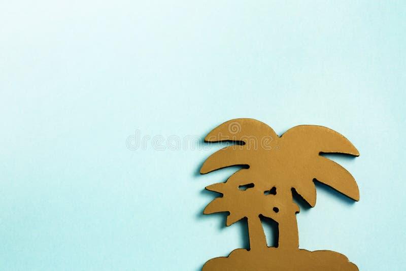 Brown-Palme machte vom Baum auf hellblauem Pastellhintergrund Flache Lage stockfotografie