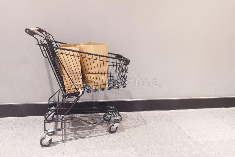 Brown papieru torby na zakupy w wózku na zakupy Środowiskowy konserwacji pojęcia zmniejszać używa klingeryt zdjęcia stock