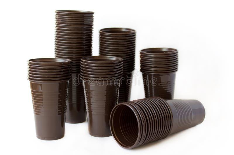 Brown-Plastikschalen auf weißem Hintergrund lizenzfreies stockfoto