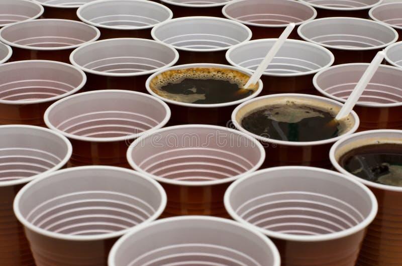 Brown-Plastikschalen für Kaffee, Kakao, heiße Schokolade stockfotografie