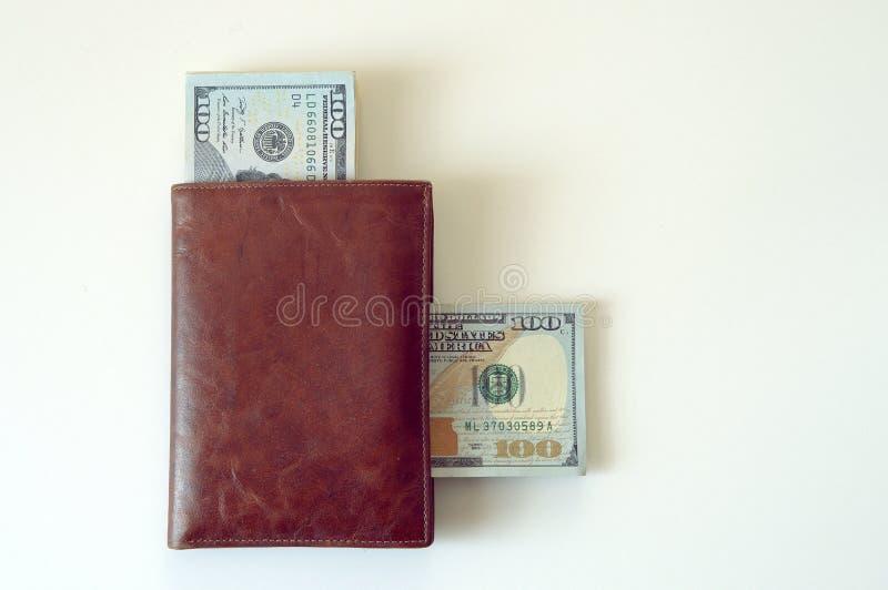 Brown portfel z pieniądze na białym tle obrazy stock