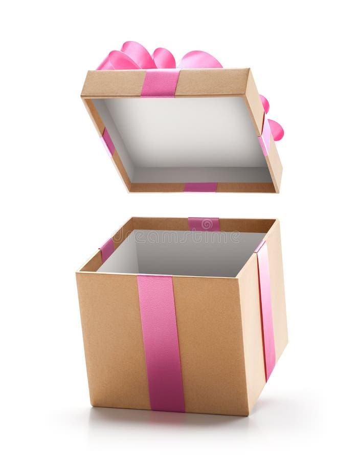 Brown prezenta otwarty pudełko z menchia łękiem odizolowywającym zdjęcie royalty free