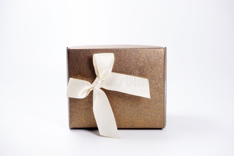 Brown prezenta pudełko nad białym tłem zdjęcie royalty free