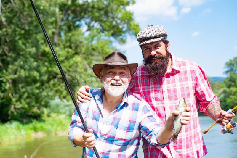Brown pstr?g ryba Łowić - relaksujący i cieszyć się hobby Steelhead tęczy pstrąg Rybia głowa i połowu haczyk br?z zdjęcia stock