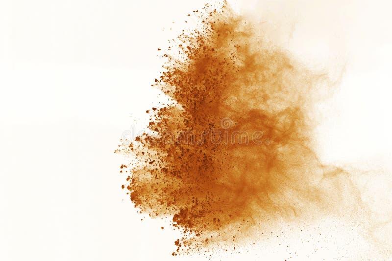 Brown-Pulverexplosion lokalisiert auf weißem Hintergrund Farbige Wolke oder Staub splatted lizenzfreies stockfoto