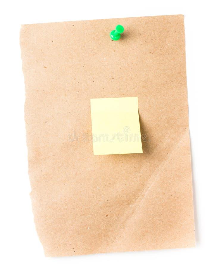 Brown a réutilisé la note collante de papier avec Pin et mini jaune s de poussée photo stock