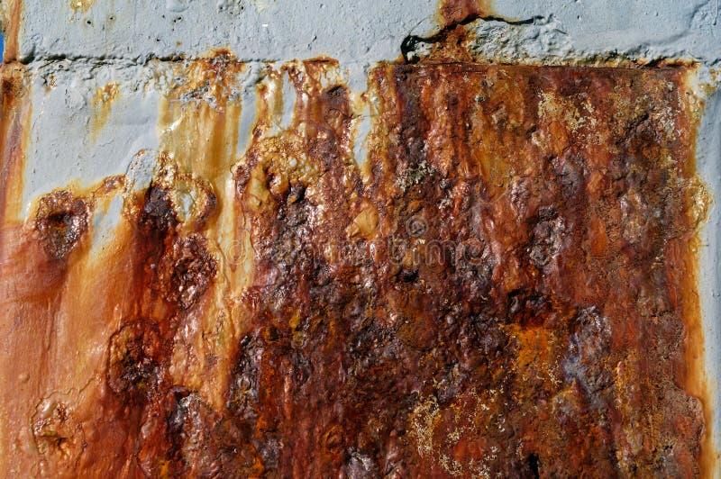 Brown rdza plami białą ścianę i rujnuje zdjęcia stock