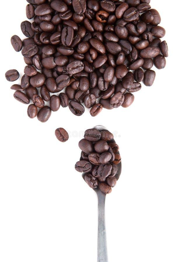 Download Brown Roasted O Feijão De Café Com A Colher Do Chá No Branco Foto de Stock - Imagem de fresco, latte: 26511618