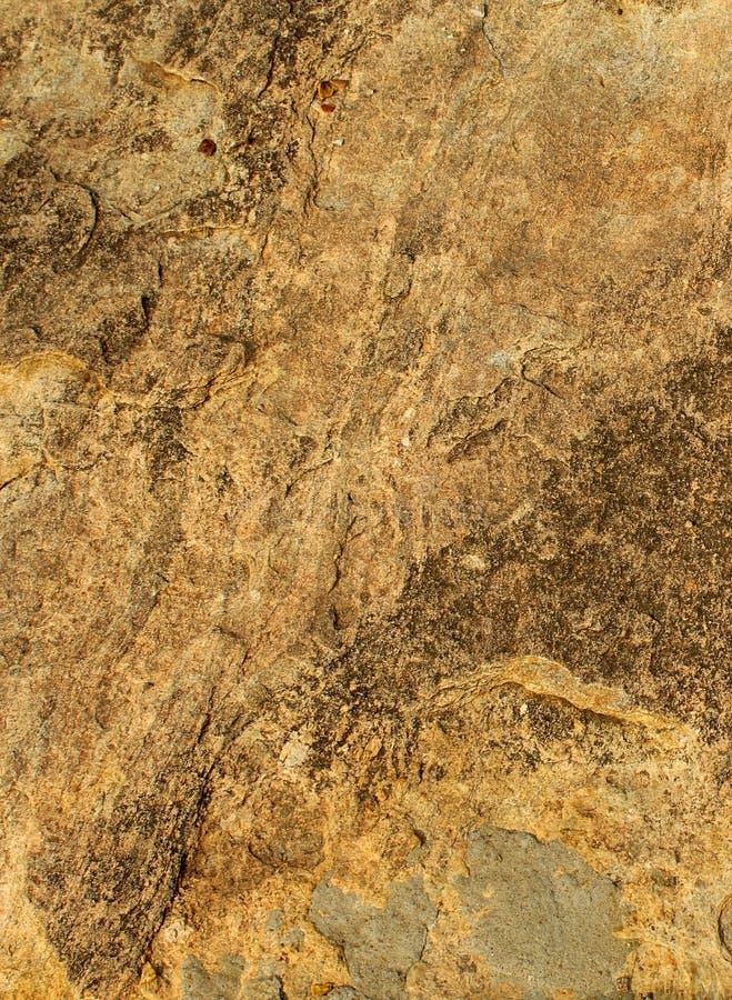 Brown rockowa tekstura z słońca światła naturalnym tłem obrazy stock
