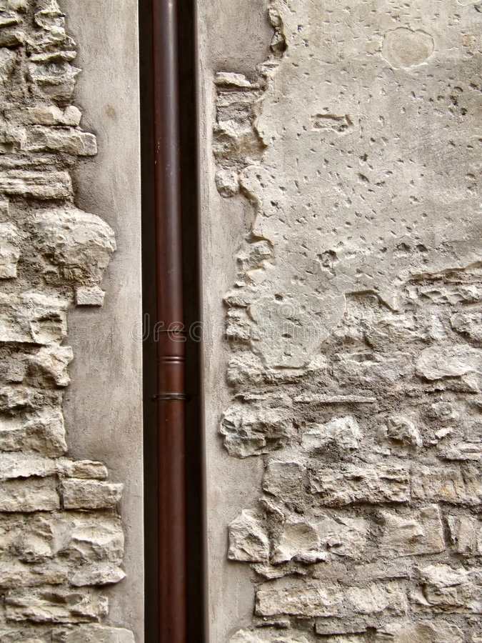 Brown-Rohr und raue alte Wand stockbilder