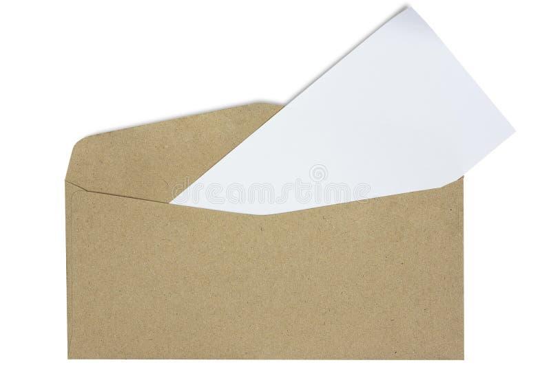 Brown rzemiosła koperta i biel karta odizolowywająca na białym tle z ścinek ścieżką fotografia royalty free