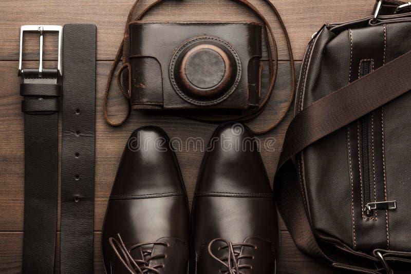 Brown-Schuh-, -gurt-, -taschen- und -filmkamera lizenzfreies stockbild