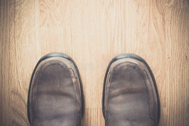 Brown-Schuhe auf hölzernem Hintergrund lizenzfreie stockfotografie