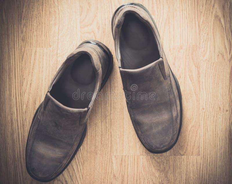 Brown-Schuhe auf hölzernem Hintergrund stockfotos