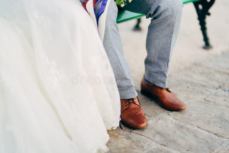 Brown-Schuhe auf männlichen Beinen lizenzfreies stockfoto