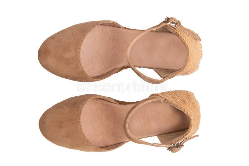 Brown-Schuhe getrennt Topview von den eleganten weiblichen ledernen Stöckelschuhen eines Paarbrauns lokalisiert auf einem weißen  lizenzfreie stockbilder