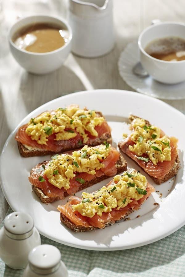 Brown sodowany chleb z rozdrapanymi jajkami fotografia royalty free