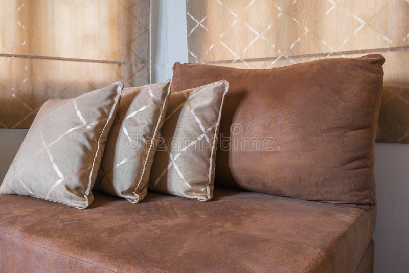 Brown Sofa Furniture avec beaucoup d'oreillers image stock