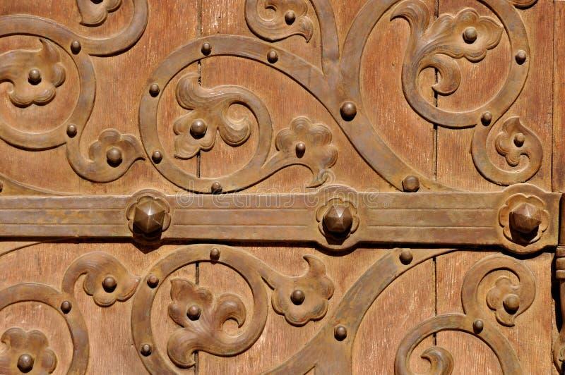 Brown stary drzwi z metali ornamentami fotografia royalty free