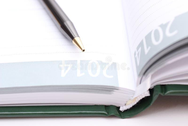 Brown-Stift, der auf offenem Organisator liegt stockbild