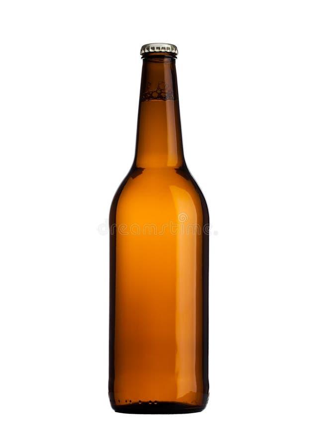 Brown szklana piwna butelka z żółtą nakrętką odizolowywającą obraz royalty free