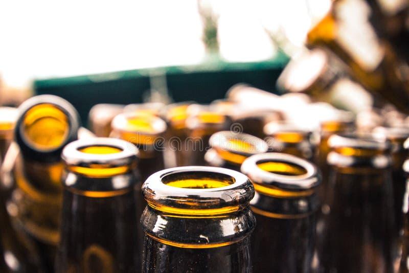 Brown szklane butelki, recyclable odpady od piwnych zbiorników fotografia stock