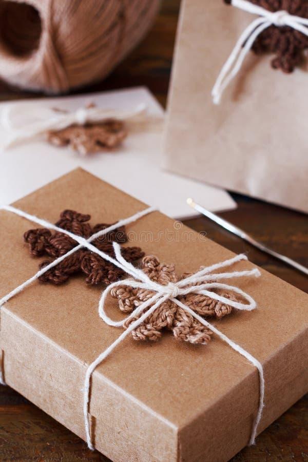 Brown szydełkowi płatki śniegu dla Bożenarodzeniowej dekoraci prezenta pudełko, p zdjęcia stock