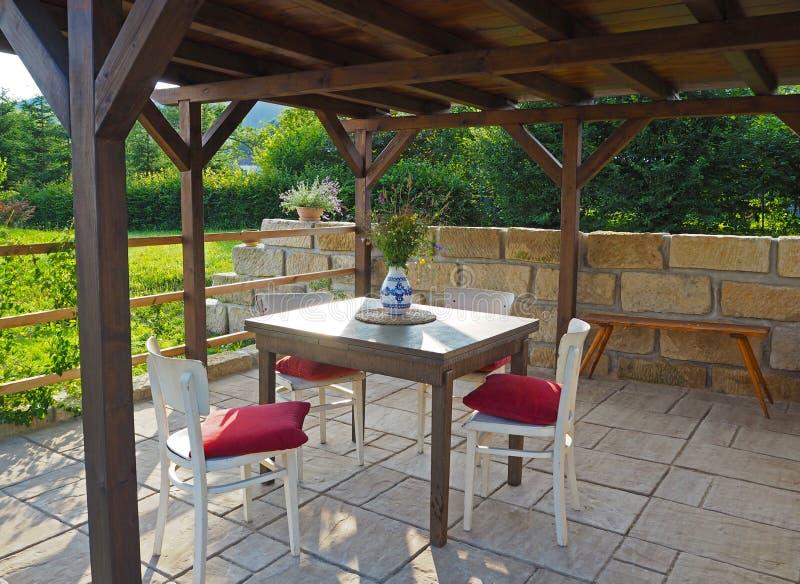 Brown Tiber drewniany gazebo - pergola z stołem i krzesłami fotografia stock