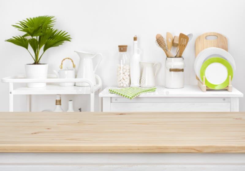 Brown-Tischplatte mit copyspace über unscharfer Küche legt mit Geräten beiseite stockfotos