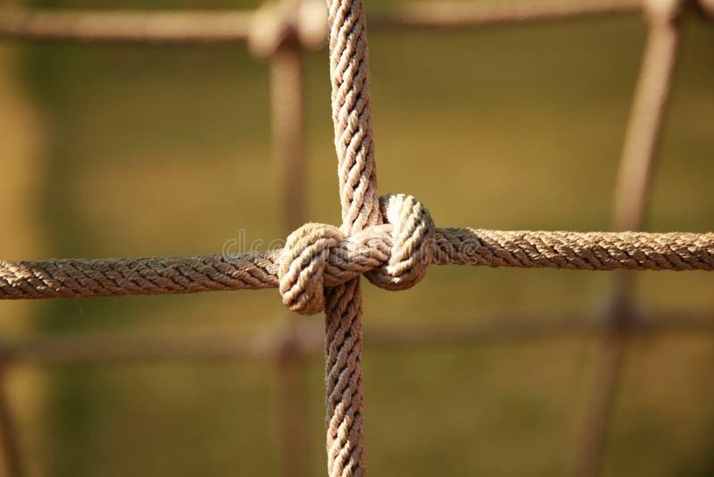 Brown torció la cuerda de la red que subía en el patio Nudo de la cuerda fotos de archivo libres de regalías