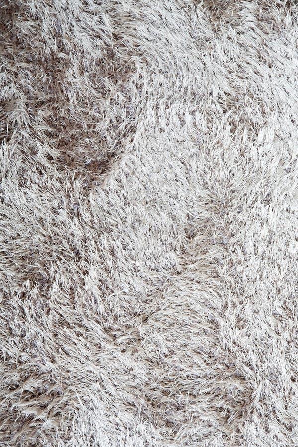 Brown un fondo blanco de la alfombra de la piel imágenes de archivo libres de regalías