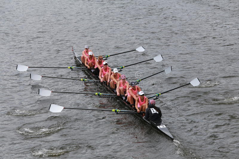 Brown University compete na cabeça do campeonato Eights de Charles Regatta Women imagem de stock royalty free